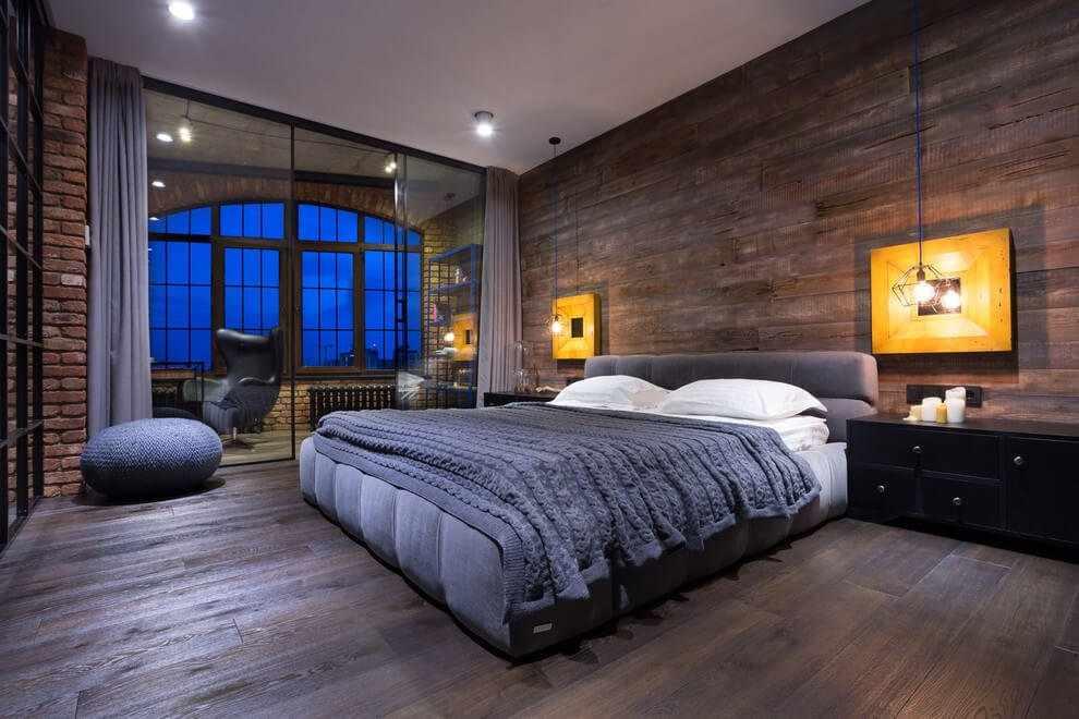 Большая кровать в спальне в стиле лофт