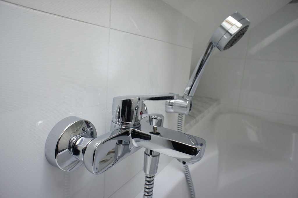 Смеситель в ванной