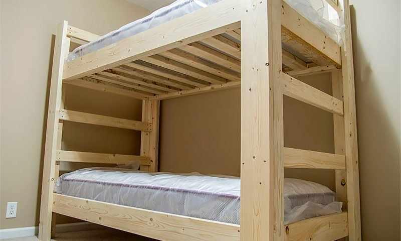 Двухуровневая кровать из массива дерева
