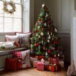 Подушки и елка у окна
