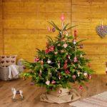 Олень и новогоднее дерево