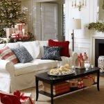 Новогодние украшения на столиках и камине