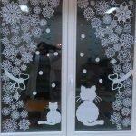 Декор окна снежинками