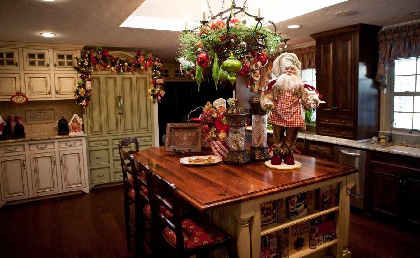 Фигурка Санты на столе