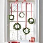 Декор окна новогодними веночками