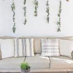 Веточки с листьями над диваном