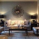 Декоративное зеркало над диваном