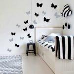 Разные бабочки в спальне