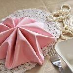 Розовая салфетка для сервировки