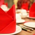Красные салфетки в декоре стола