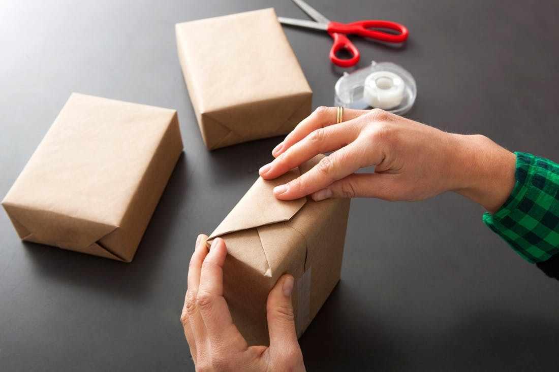 Упаковка подарка бумагой