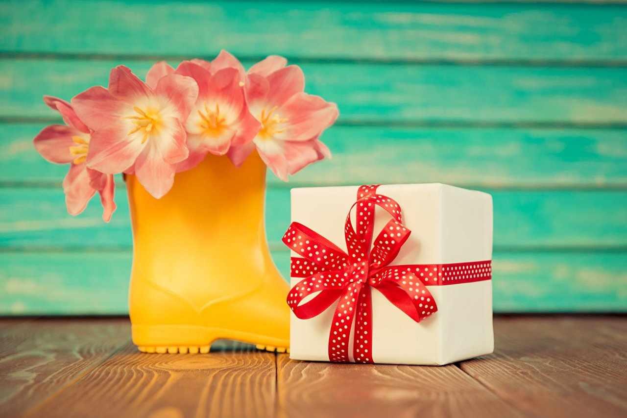 Весенние цветы и подарок
