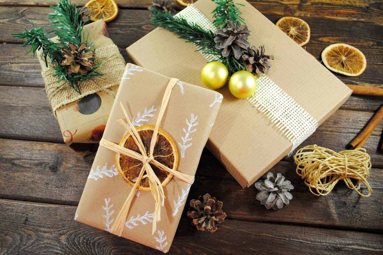 Упаковка подарка на Новый год