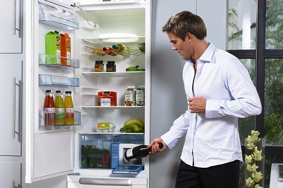 Парень у холодильника
