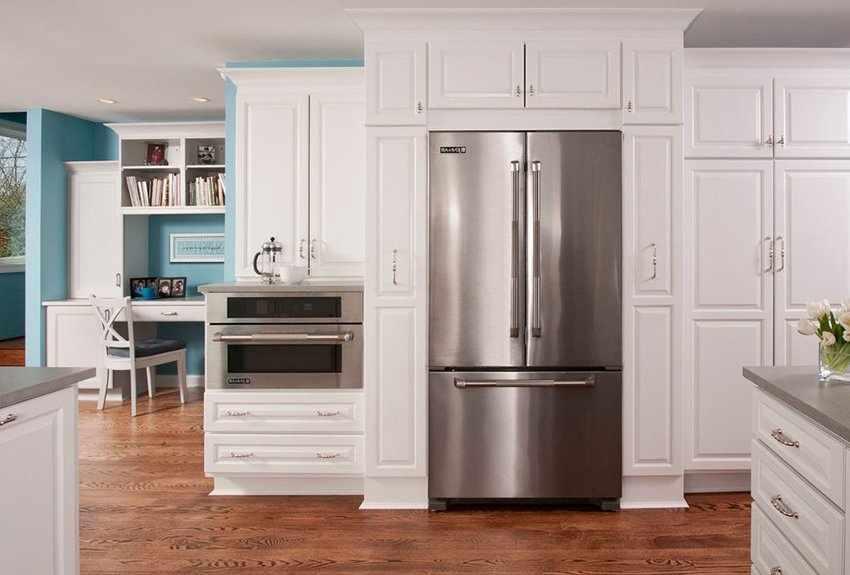 Большой трехкамерный холодильник