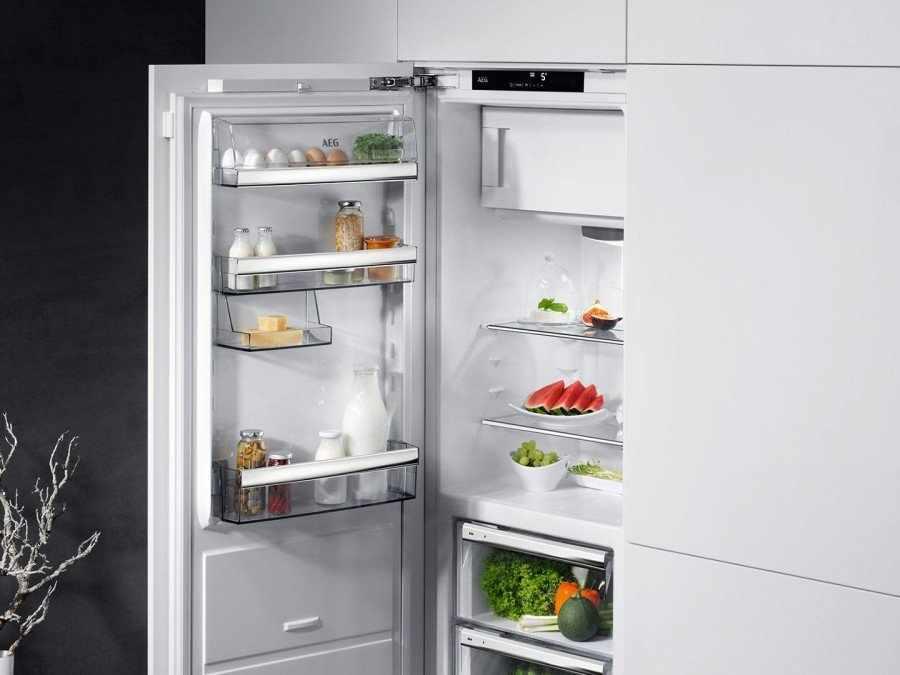 Белый открытый холодильник