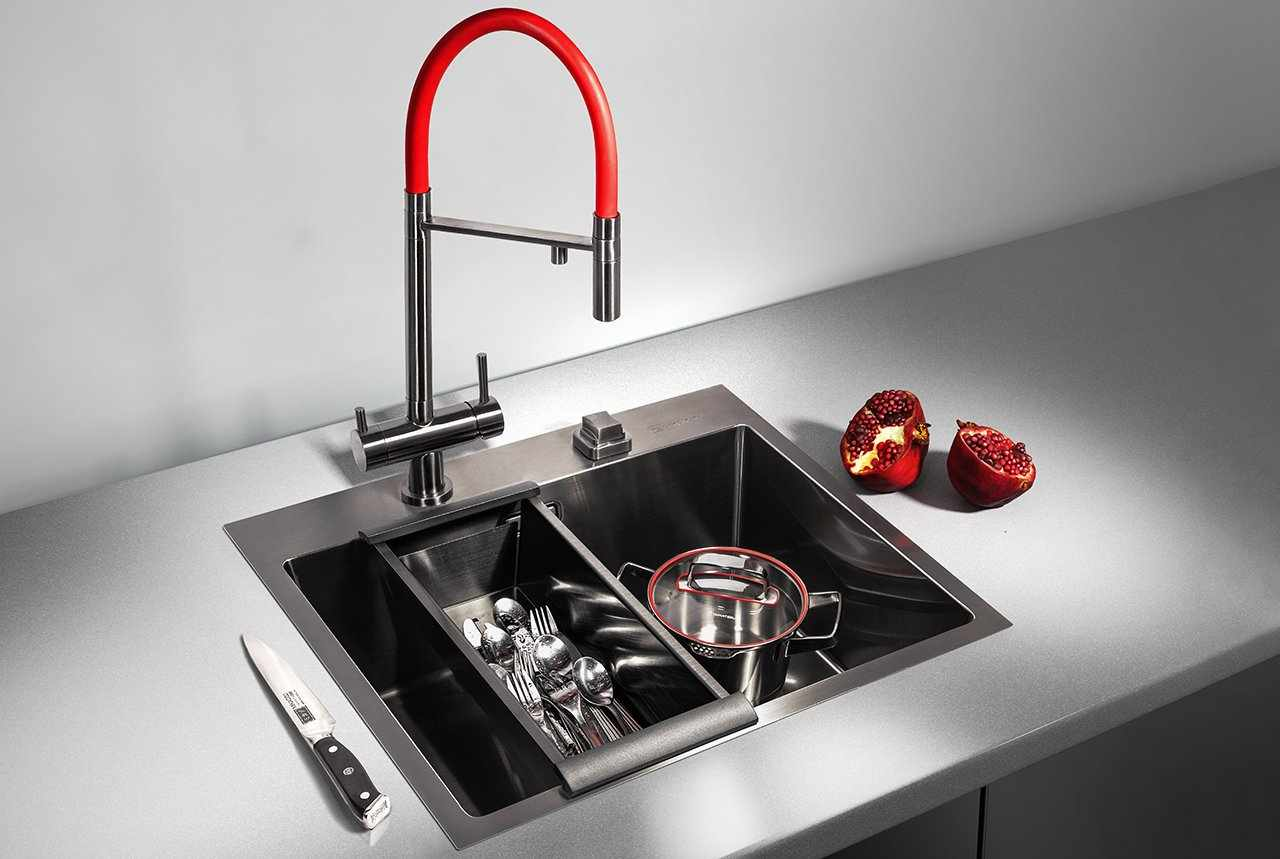 Красный кран на кухне