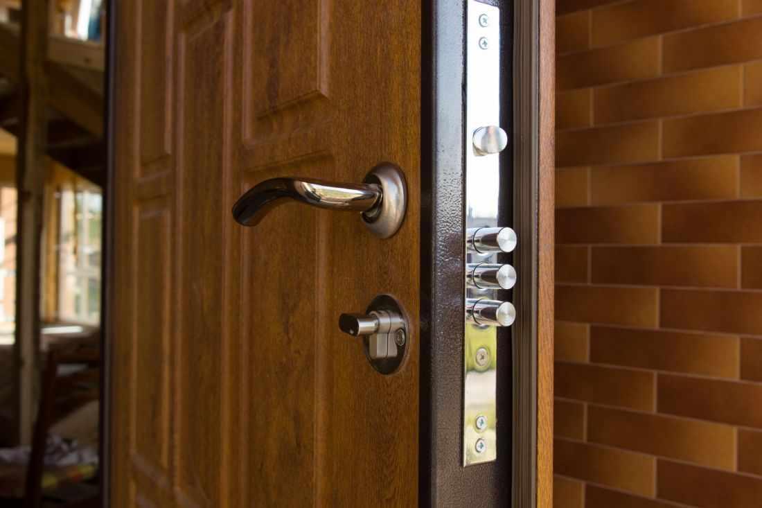 Ручка и замки на двери