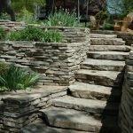 Каменные ступеньки к зоне отдыха