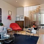 Красное кресло в светлой гостиной