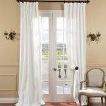 Белые шторы на двери