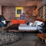 Красный комод в спальне