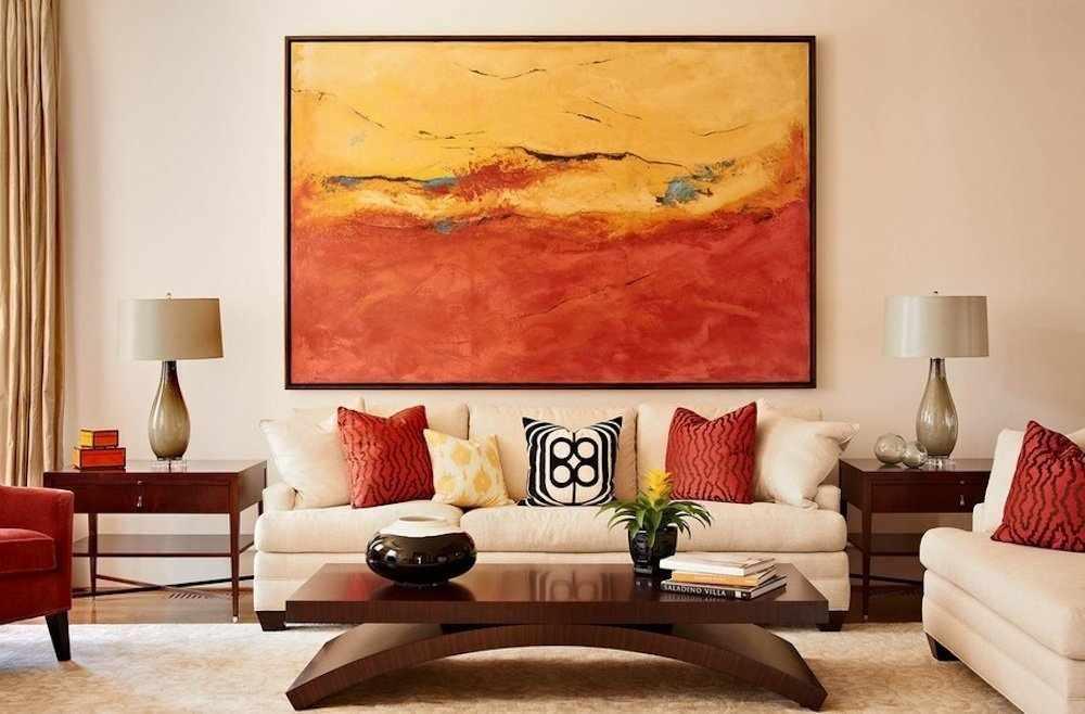 Яркая картина в интерьере гостиной