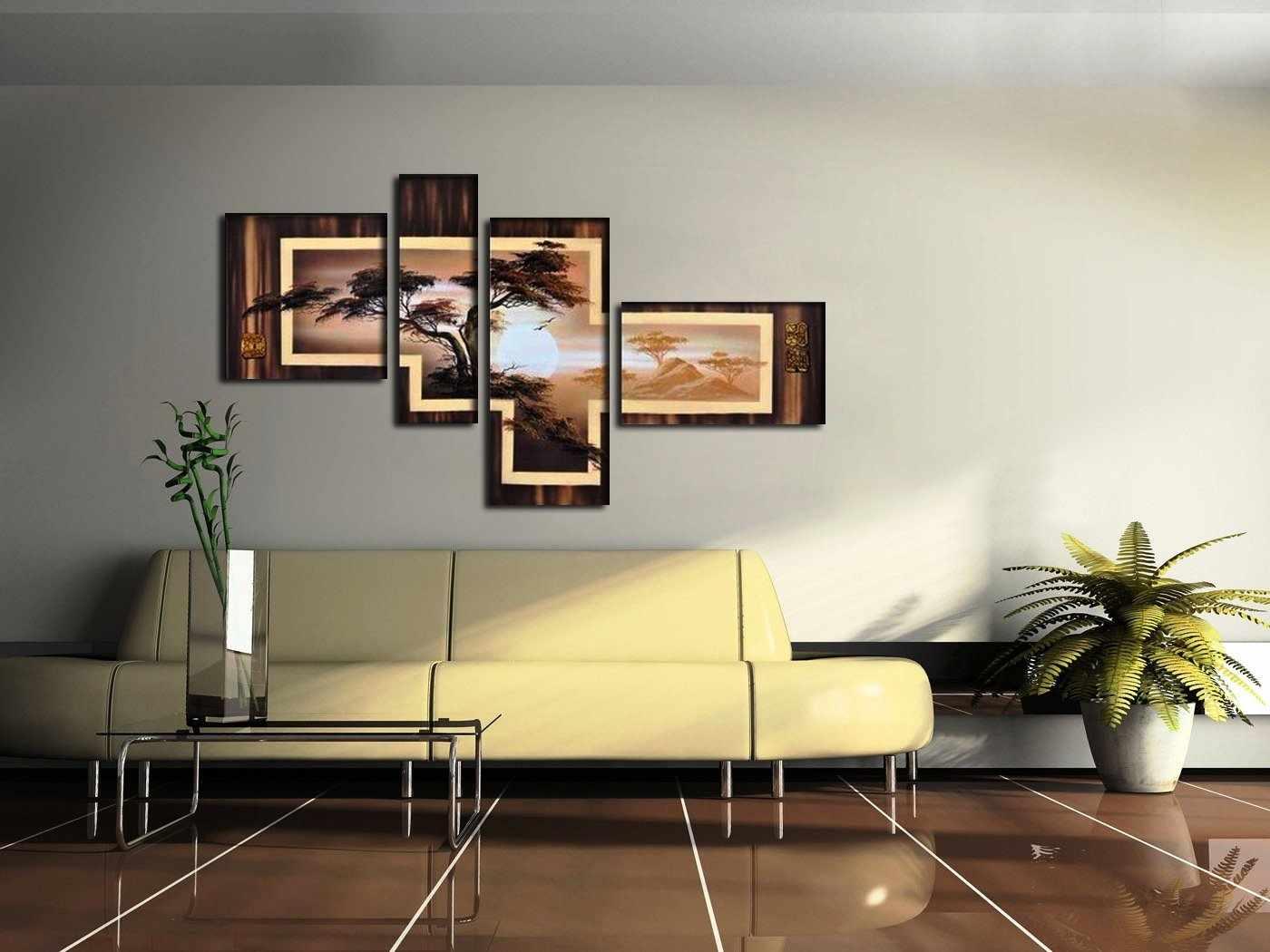 Контрастная картина на стене в гостиной