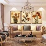 Цветы на модульной картине над диваном