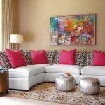 Малиновые подушки на белом диване