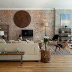 Столик за диваном