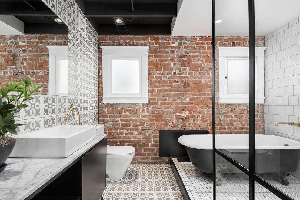 Кирпичная стена в ванной