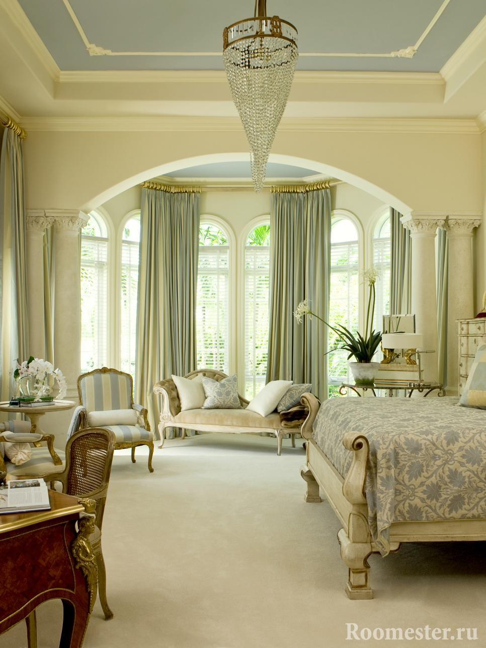 Классический интерьер гостиной с аркой