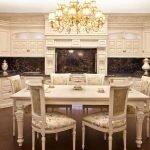 Сочетание светлой мебели и темного фартука