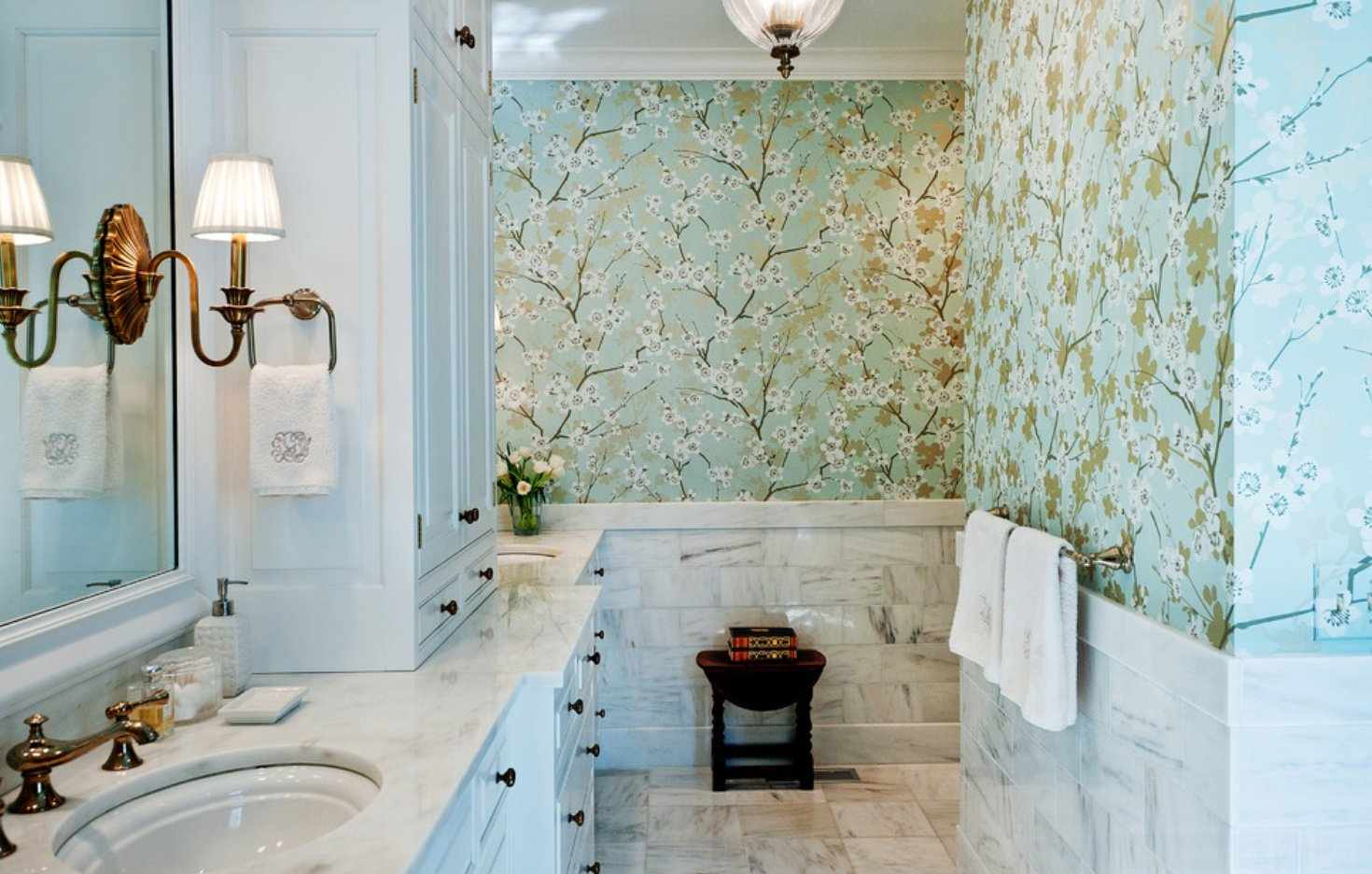 Комбинирование обоев в ванной