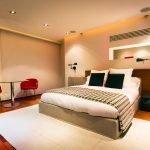 Коричневые подушки на кровати