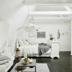 Белая спальня с серым полом
