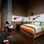 Кровать в комнате парня