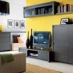 Сочетание темной мебели и желтой стены