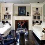 Стеклянный столик между белыми диванами