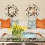 Лампы на тумбочках у дивана