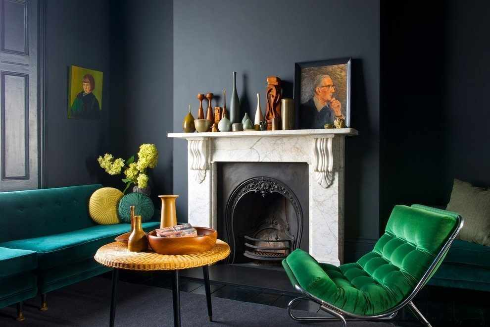 Зеленое кресло у камина