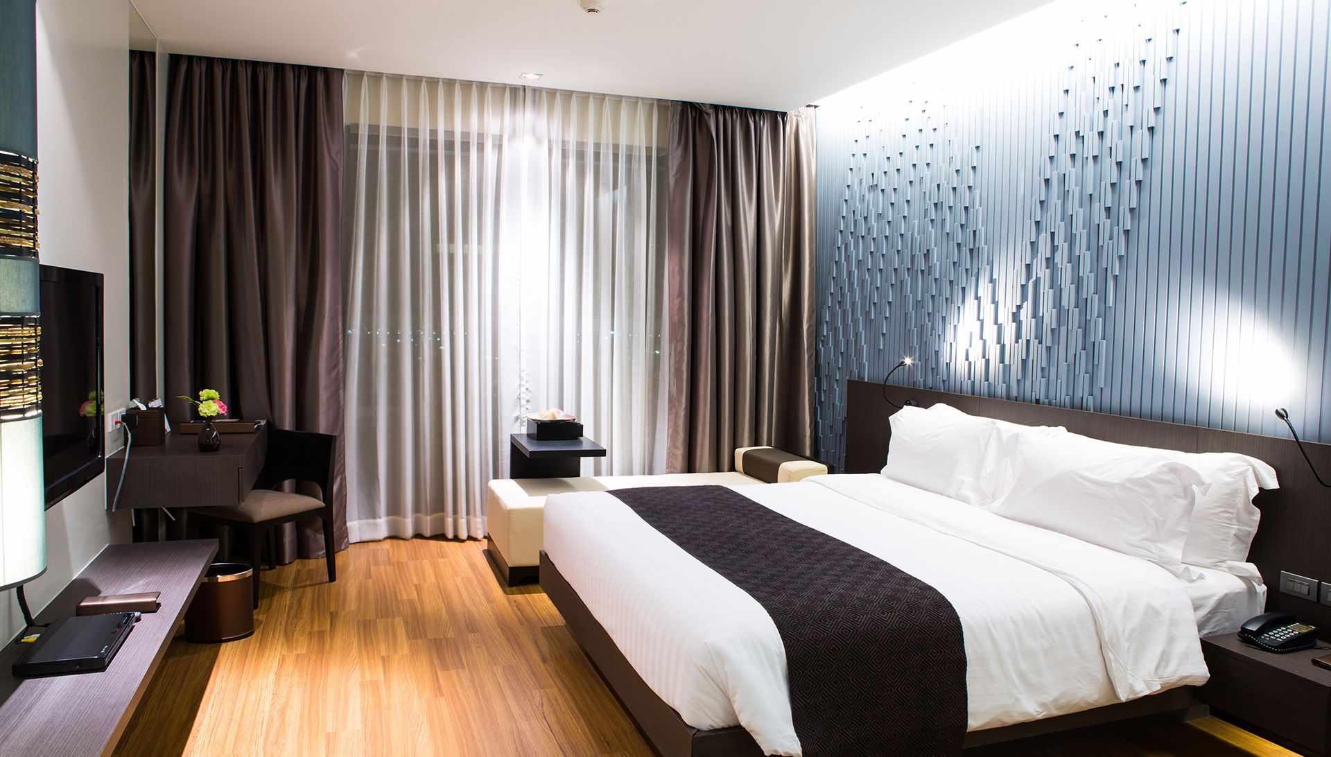 Спальня с темным текстилем