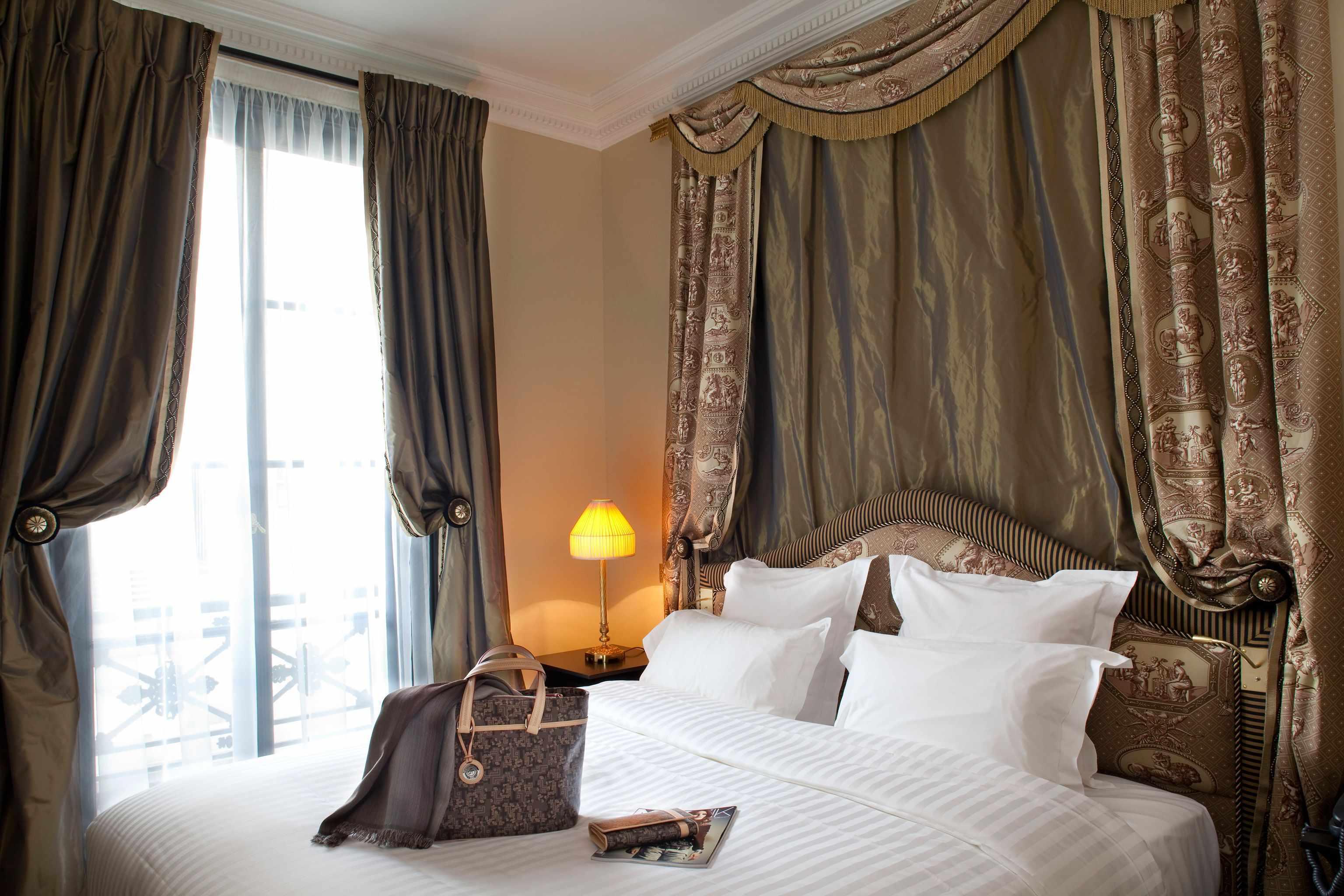 Королевский декор спальни