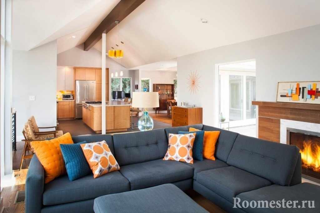 Голубой и оранжевый в сочетании с цветом дерева