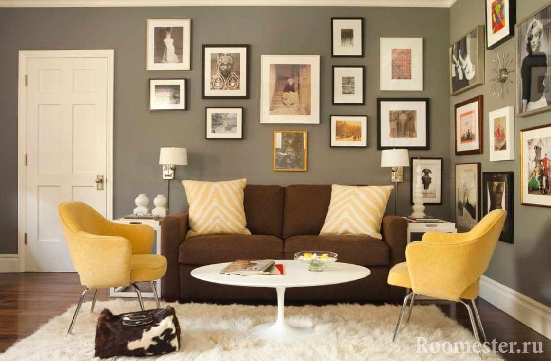 Коричневый диван и желтые кресла