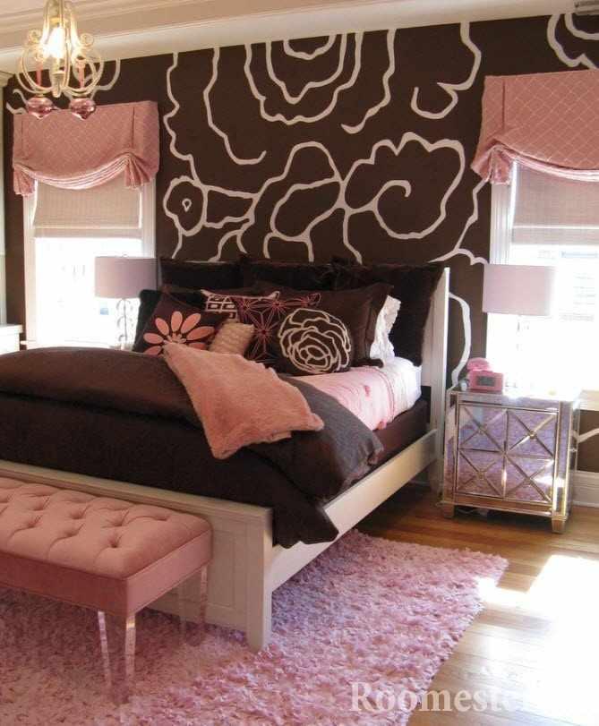 Розовый цвет в коричневой спальне