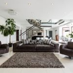 Широкий диван в прихожей