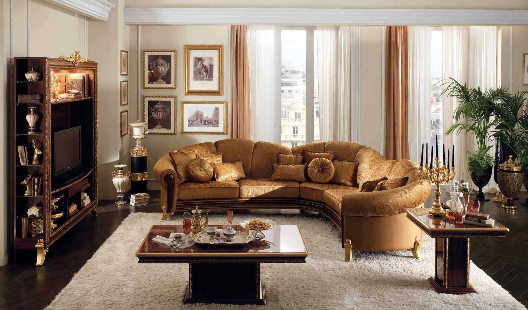 Классический диван из светлой кожи