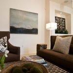 Коричневые диван и кресло